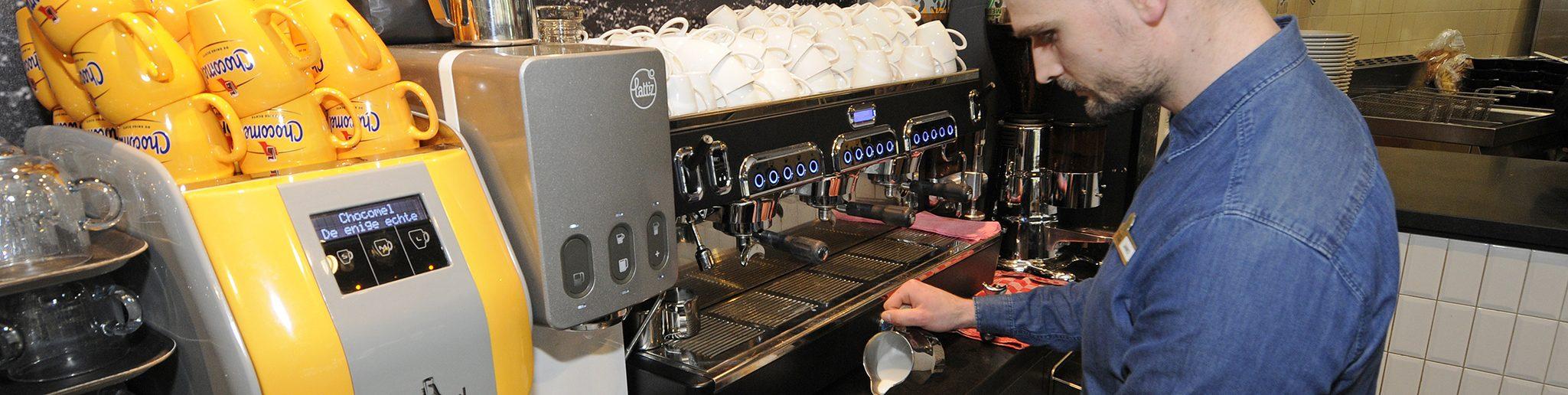 medewerker maakt koffie in restaurant de Terraszaal