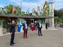 wethouders Rotterdam krijgen Blijdorpert tshirt van directeur Blijdorp