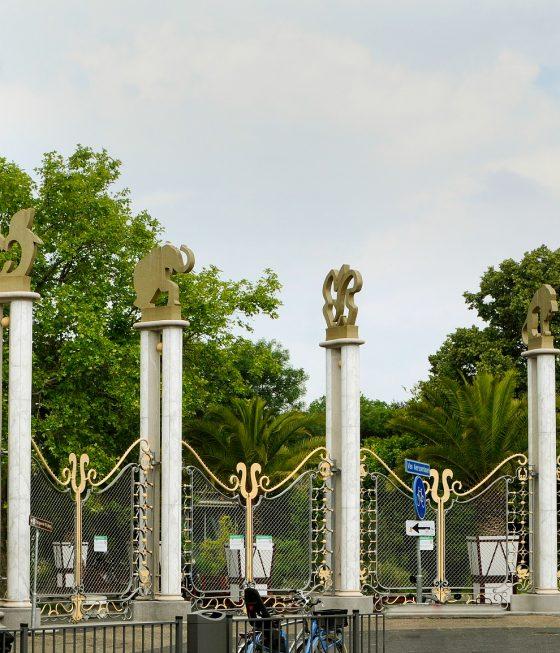 Monumentale ingang Diergaarde Blijdorp aan de Rivierahalzijde.
